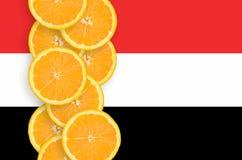 Vertikal rad för Yemen flagga- och citrusfruktskivor arkivbild