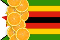 Vertikal rad för Zimbabwe flagga- och citrusfruktskivor arkivbilder