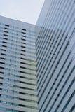 Vertikal ram för högväxt stads- kontorsbyggnadbakgrund Arkivfoto