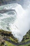 Vertikal sikt av av berömda Gullfoss Arkivfoto