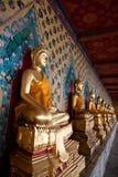 Vertikal sikt av den fridfulla buddha statyn Arkivfoton