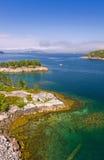 Vertikal sikt av den härliga norska fjorden Royaltyfria Bilder