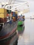 Vertikal sikt av det mång- behållareskeppet som väntar för att segla, når att ha laddat på port arkivfoton