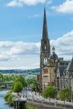 Vertikal sikt av domkyrkan och floden i Perth Skottland royaltyfri fotografi