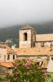 Vertikal sikt av historiska byggnader i Dubrovnik den gamla staden Royaltyfri Foto