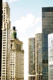 Vertikal sikt av i stadens centrum Chicago med moln Fotografering för Bildbyråer