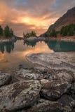 Vertikal sikt av solnedgång sjön med en Rocky Shore, höglands- natur Autumn Landscape Photo för Altai berg arkivbilder
