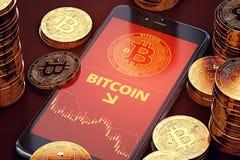 Vertikal smartphone med på-skärmen för Bitcoin nedgångdiagram bland högar av Bitcoins Bitcoin nedgångbegrepp Royaltyfri Fotografi