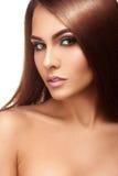 Vertikal stående av cutiedamen med trevlig makeup- och raksträckabr Royaltyfria Foton