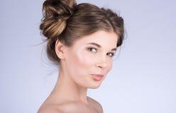 Vertikal stående av den gulliga kvinnamodellen med ny daglig makeup och den gulliga krabba frisyren Arkivfoton
