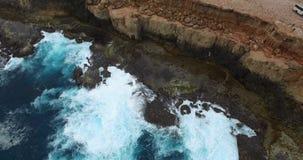 Vertikal stigning från låg nivå med stora avbrottsvågor till avlägsna klippor - Dirk Hartog Island, område för arv för hajfjärdvä stock video