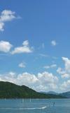 Vertikal surfing för vattensport, blå himmel, vitt moln Royaltyfri Foto