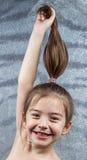 Vertikal titelrad av den härliga le flickan fotografering för bildbyråer