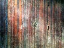 Vertikal träplankadörr för gammal tappning Arkivbild