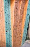 Vertikal vägg av den utomhus- klättringidrottshallen Royaltyfria Bilder