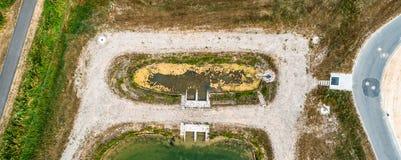 Vertikal von der Luft eingelassenes vorderes Becken oder beruhigen Becken eines Regenwasserzurückhaltenbeckens in einem Neuentwic lizenzfreie stockfotos