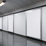 Vertikala affischtavlor på tunnelbanastation Arkivfoto