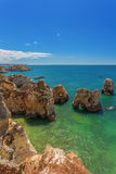Vertikala fotostränder av Albufeira Royaltyfri Bild