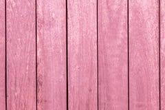 Vertikala rosa trästänger texturerar bakgrund arkivbilder