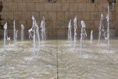 Vertikala strålar av vatten i springbrunn Royaltyfri Fotografi