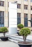 Vertikale Anschlagtafel des großen freien Raumes im Freien mit dem weißen Kopienraum, zum von von mehrfachen Firmennamen und Logo stockfotografie