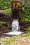 Vertikale Ansicht über eine alte Wassermühle in den Bergen des Altai stockfotos