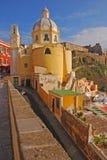 Vertikale Ansicht der hellen gelben Kirche Santuario Mariano in Procida, Napoli, Italien Stockfotos