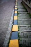 Vertikale Ansicht einer entsteinten Treppe entlang der Straße mit Schwarzem und Lizenzfreie Stockfotografie