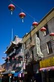 Vertikale Ansicht von den roten chinesischen Laternen, die über einer Straße in San Franciscos Chinatown, mit blauem Himmel oben  Lizenzfreies Stockfoto