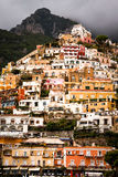 Vertikale Ansicht von Häusern in Positano Lizenzfreie Stockfotos