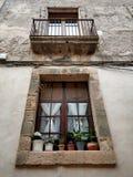 Vertikale Ansicht von rustikalen Fenstern und von Balkon Stockbild