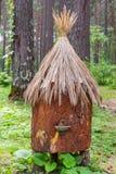 Vertikale Ansicht zu einem alten Bienenhaus mit den künstlichen Bienenstöcken gemacht von stockfotografie