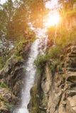 Vertikale Ansicht zu einem hohen Wasserfall in den Bergen des Altai lizenzfreie stockfotografie