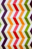 Vertikale bunte Zickzacklinien auf dem weißen Hintergrund Wirkliche Streifen gemalt auf Wand Helle Zickzacke für Wandpapier Kinde stockfotografie