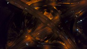 Vertikale der Spitze Vogelperspektive unten des Verkehrs auf Autobahnaustausch nachts stock footage