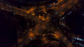 Vertikale der Spitze Vogelperspektive unten des Verkehrs auf Autobahnaustausch nachts, unterschiedliche Geschwindigkeit stock footage