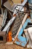 Vertikale des Altmetall-Stapels Stockbild