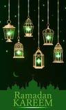 Vertikale des grünen Lichtes Ramadan-Laterne Stockbild