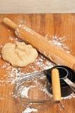 Vertikale, Draufsicht von Vorbereitungen für die Herstellung des frischen Teigs für Backenwaren mit Behälter Mehl, hölzernes Nude stockfotografie