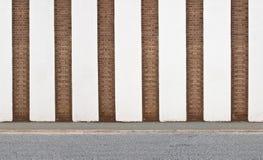 Vertikale gestreifte Backsteinmauer Stockfoto