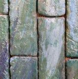 Vertikale grünliche Backsteinmauer für Beschaffenheit und Hintergrund Stockfotos