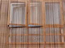 Vertikale hölzerne Latten auf Haus-Äußerem stockbilder
