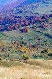 Vertikale Herbstberglandschaft mit Stapeln, Tiere, Zäune Lizenzfreies Stockbild