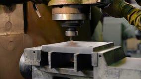 Vertikale Knie-artige Fräsmaschine verarbeitet das Metallwerkstück stock footage