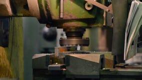 Vertikale Knie-artige Fräsmaschine verarbeitet das Metallwerkstück stock video footage