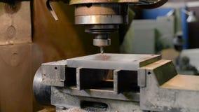 Vertikale Knie-artige Fräsmaschine verarbeitet das Metallwerkstück stock video