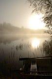 Vertikale Landschaft des nebeligen Sees Stockfotografie