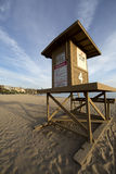 Vertikale Landschaft des sandigen Strandes mit einem Leibwächterturm in für Stockbilder