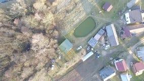 Vertikale Landung über Häusern nahe Wald stock footage