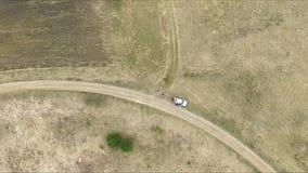 Vertikale Landung in einer Wiese nahe Weg stock video footage